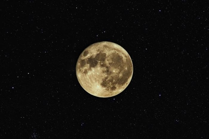 fond d écran magnifique pour customiser son écran ordinateur avec une photo de la pleine lune entourée d'étoiles
