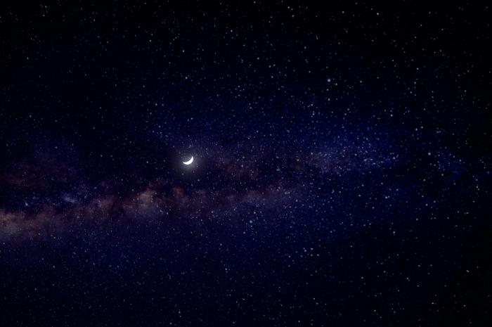 jolie fond d écran sombre pour PC, idée wallpaper pour ordinateur avec paysage nocturne, image lune et étoiles pour PC