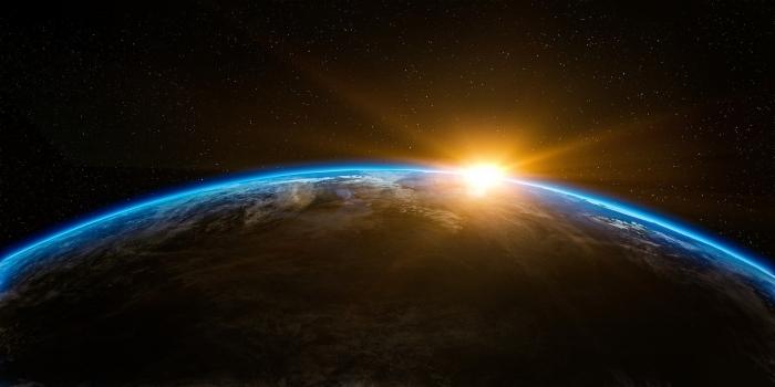 image fond d écran sombre avec soleil et terre, photographie de la terre vue depuis l'espace, idée wallpaper PC original
