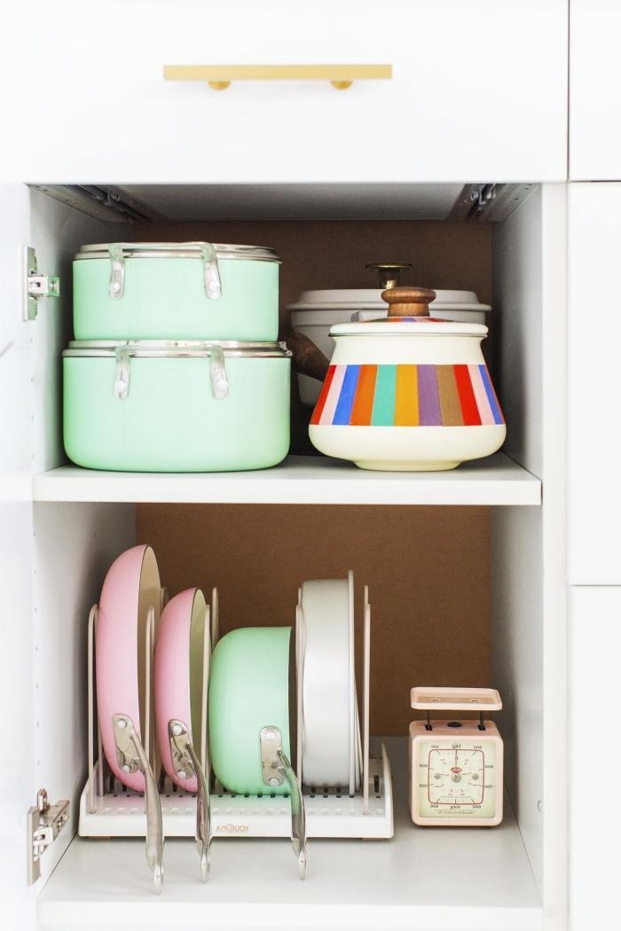 exemple rangement cuisine ingénieux avec casseroles sur le côté d'un placard, idée comment gagner d'espace dans la cuisine