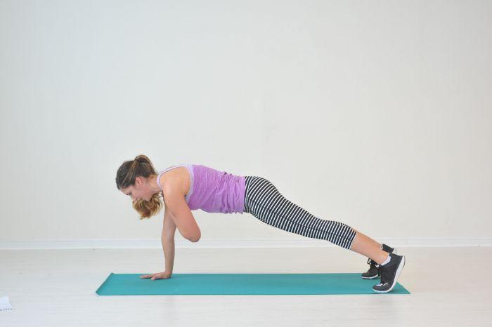 quels exercices de gainage, gainage ventral avec des touches des épaules, idee comment perdre des graisses du ventre avec des exercices chez soi
