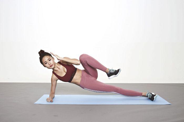 exemple gainage sur le coté latéral avec crunch, les meilleurs exercices pour abdos pour faire du sport chez soi