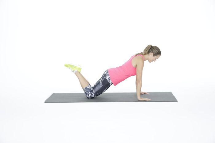 exercice gainage debutant, comment faire du gainage sur les genoux, version simple gainage facile
