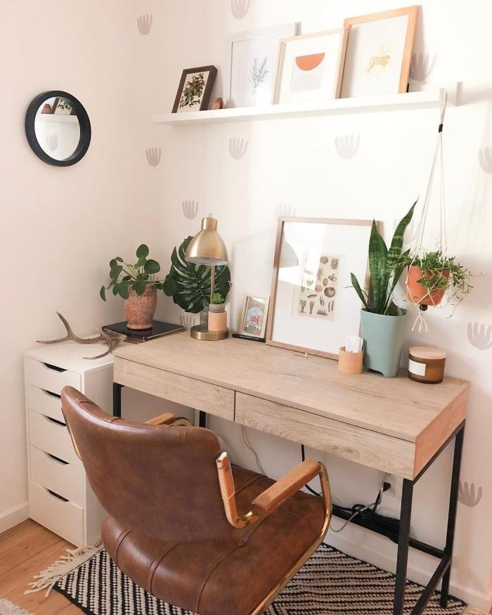 décoration bohème chic de bureau à domicile avec meubles en bois et plante verte dépolluante, idée bureau petit espace