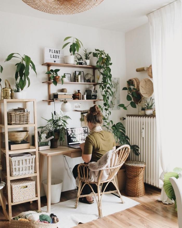 comment aménager un petit coin de travail de style bohème dans son salon, décoration avec plantes d'appartement et meubles bois