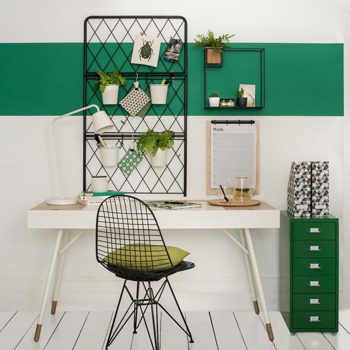 décoration intérieure moderne en blanc et vert dans un coin de travail, exemple de petites plante pour bureau dans pots fleur blancs
