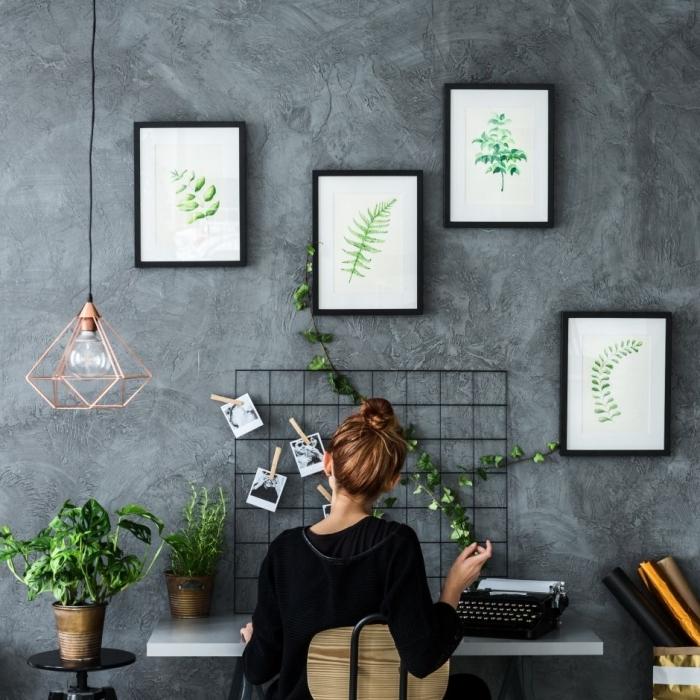 design coin de bureau à domicile de style industriel avec mur à aspect béton et accessoires en noir, idée de plante verte dépolluante