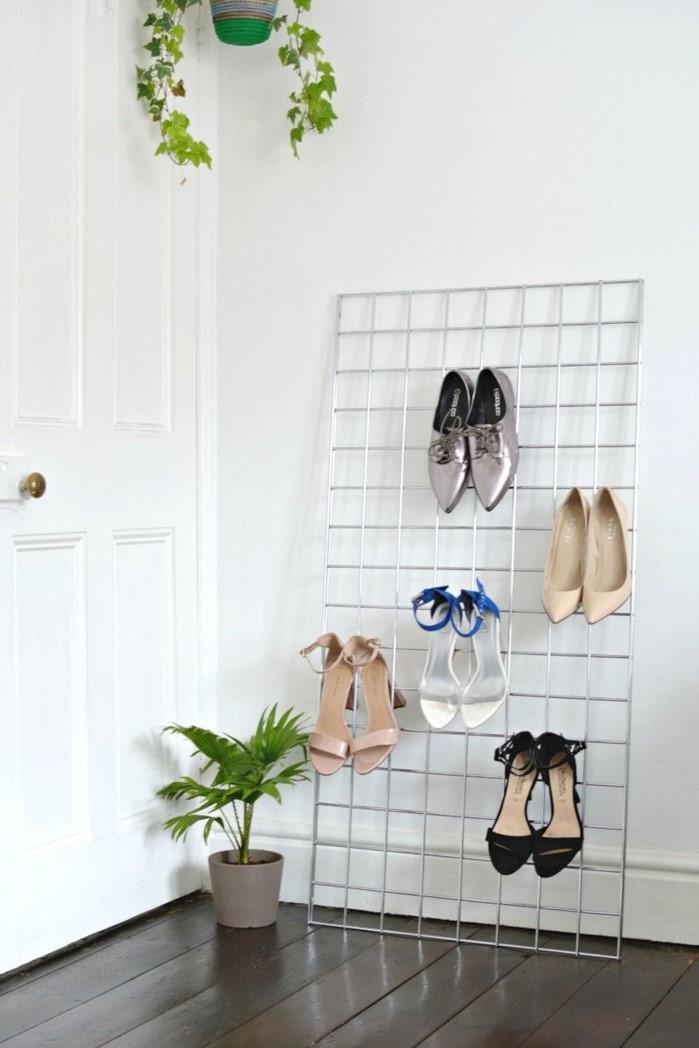 idée rangement chaussures a faire soi meme, exemple comment ranger ses chaussures sur une grille accrochée au mur