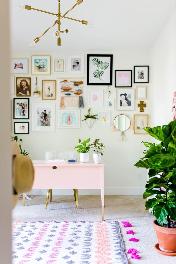 design intérieur style bohème chic dans un home office féminin décoré avec accents en roses et différentes plante d'intérieur