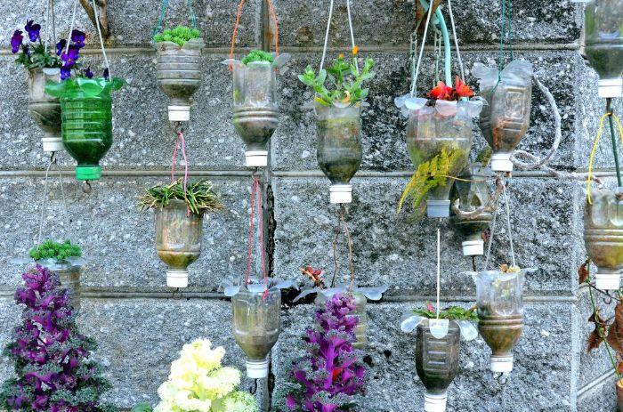 que faire avec des bouteilles en plastique, fabriquer une jardiniere suspendu en bouteille recyclée
