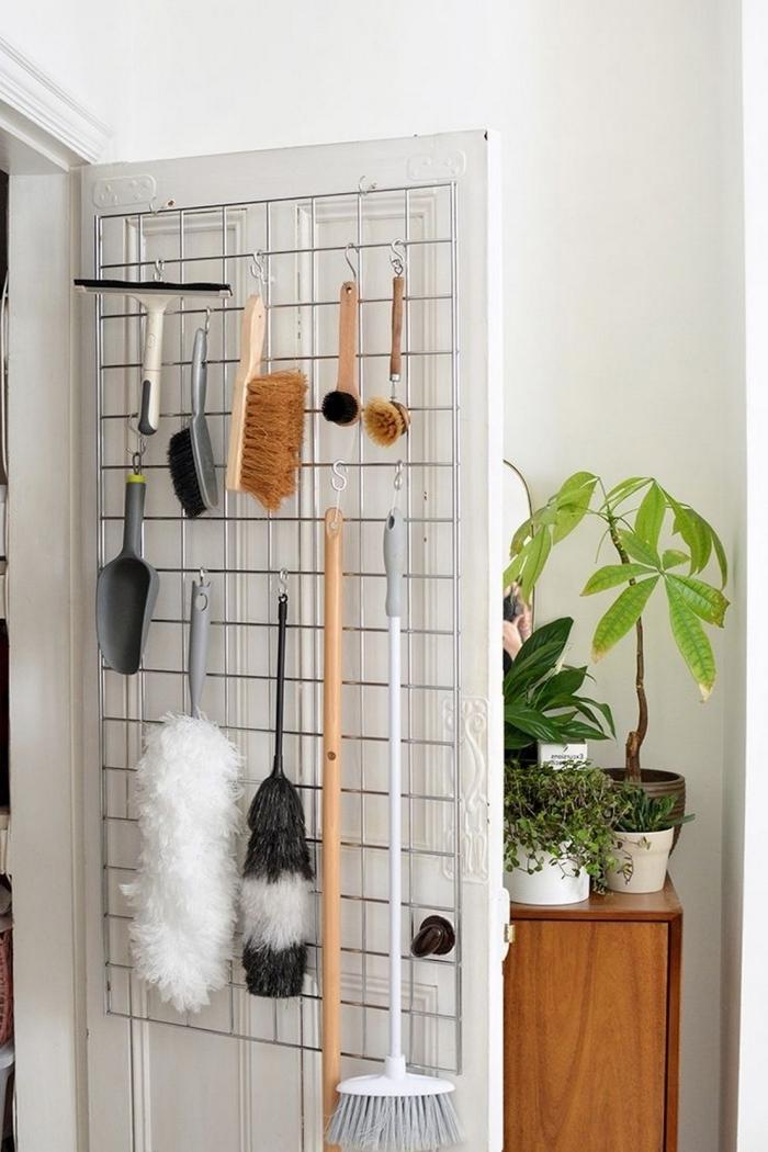 comment ranger ses produits de nettoyage, idée de rangement balai facile à faire avec une grille accrochée à porte