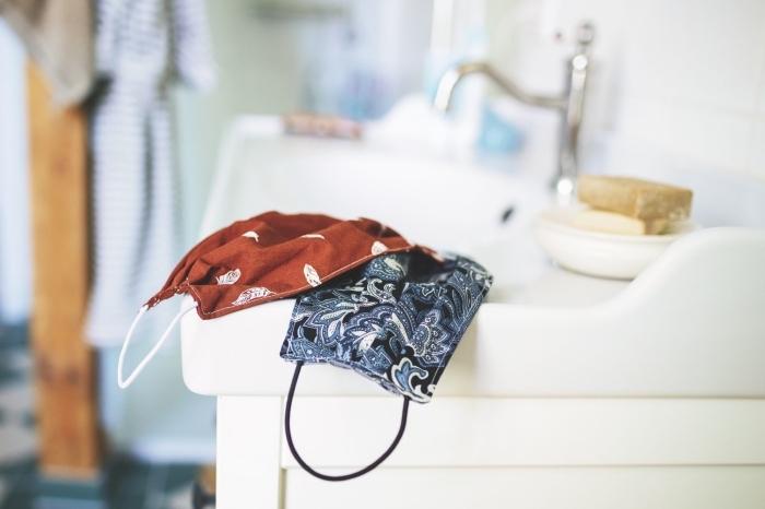confectionner un masque respiratoire facile en tissu, modèles de masques fait maison avec tissu et élastiques contre Covid-19
