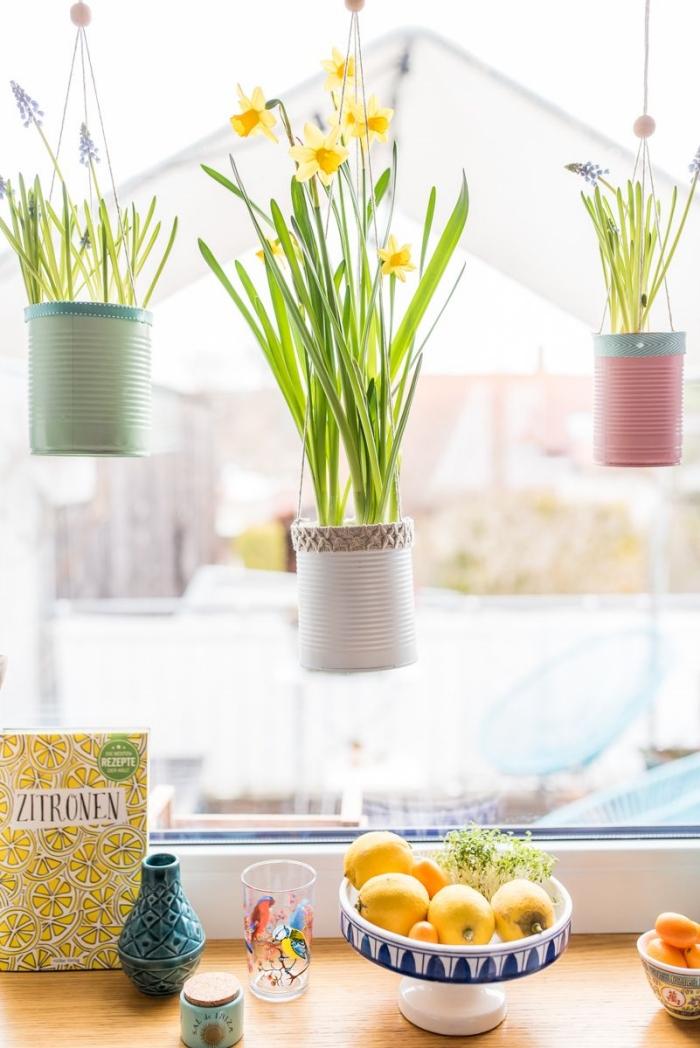 idée de loisirs créatifs adultes pour le printemps, modèles de diy suspension florale avec pots en boîtes de conserves recyclées