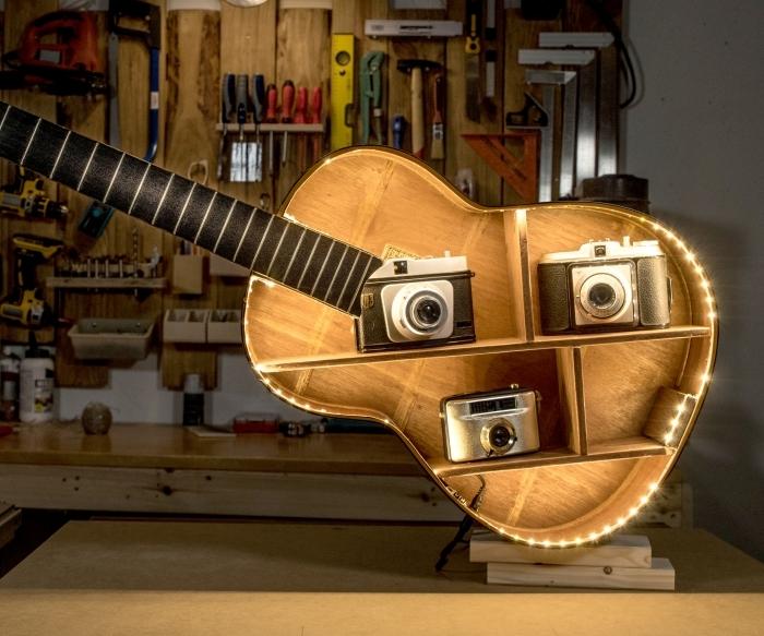 deco fait maison à zéro budget, modèle d'étagère originale fabriquée avec guitare recyclé et décorée avec guirlande lumineuse