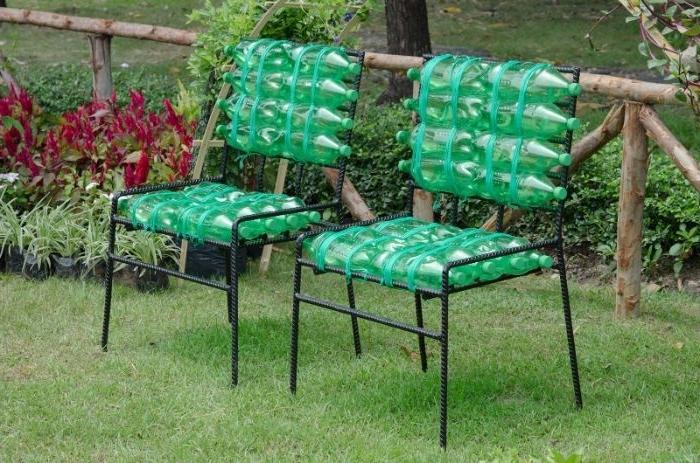 chaise en métal avec des bouteilles en plastique recyclées, idee deco jardin facile a faire soi meme