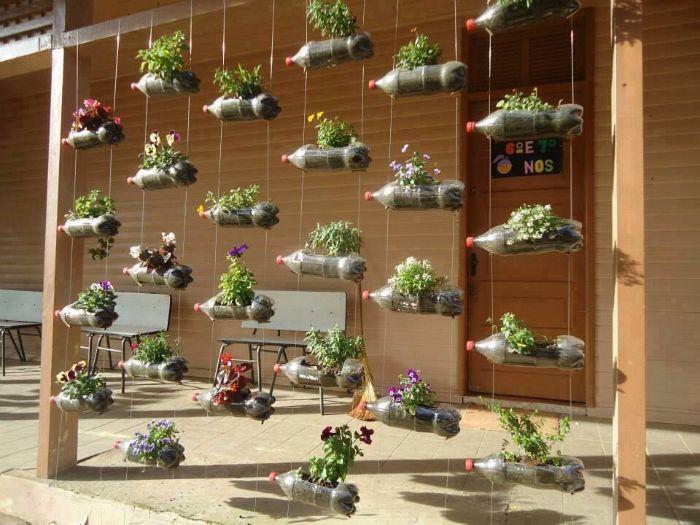 fabriquer un jardin vertical avec des bouteilles en plastique recyclage utile pour l exterieur