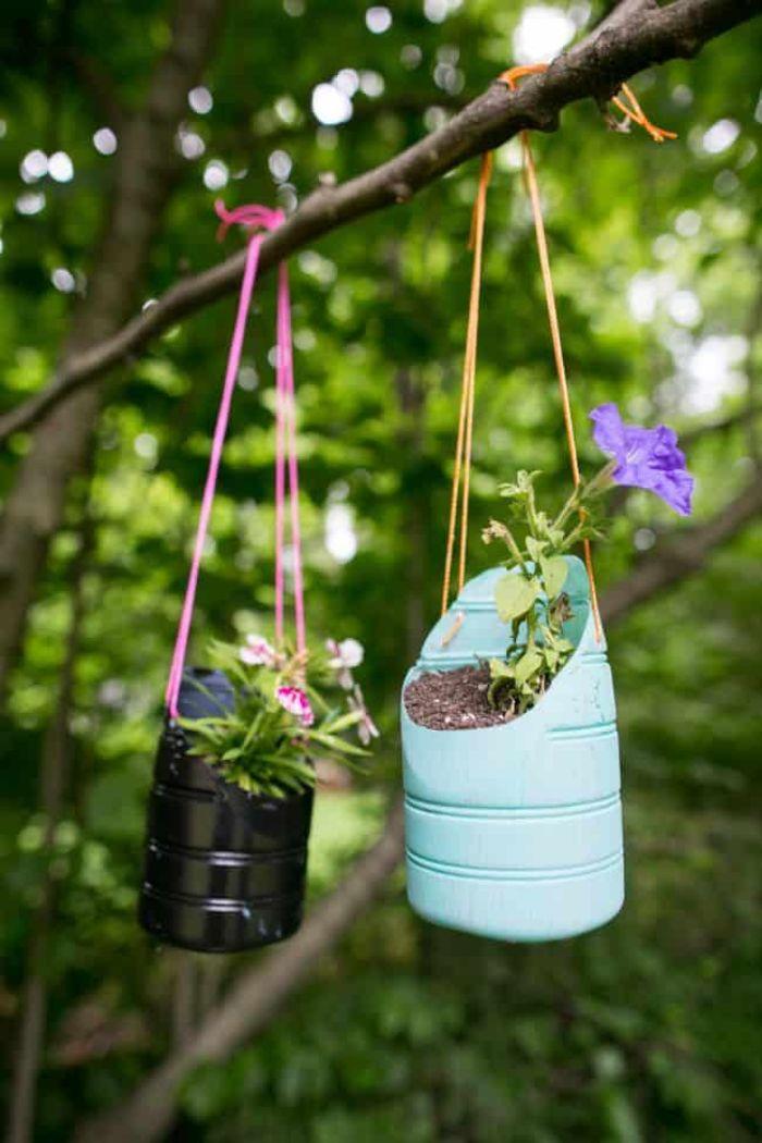 jardiniere pot de fleur suspendu dans fond de bouteille en plastique, idee que faire avec des bouteilles en plastique