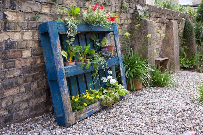 idee rangement pots de fleurs sur une palette de bois repeinte en bleu avec pots de fleurs pour decorer son exterieur