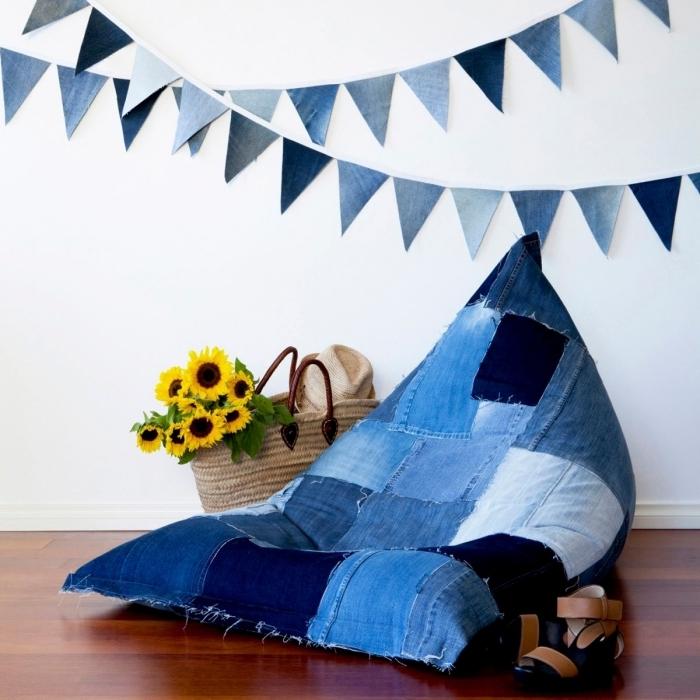 idées loisirs créatifs pour rafraîchir son intérieur, diy pouf en denim, idée recyclage vieux jeans pour faire un objet de déco
