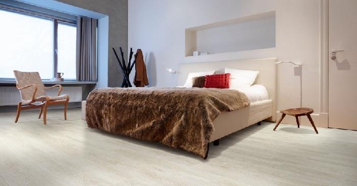 Le vinyle et ses avantages synthétiques est le matériau idéal pour le sol d'une chambre