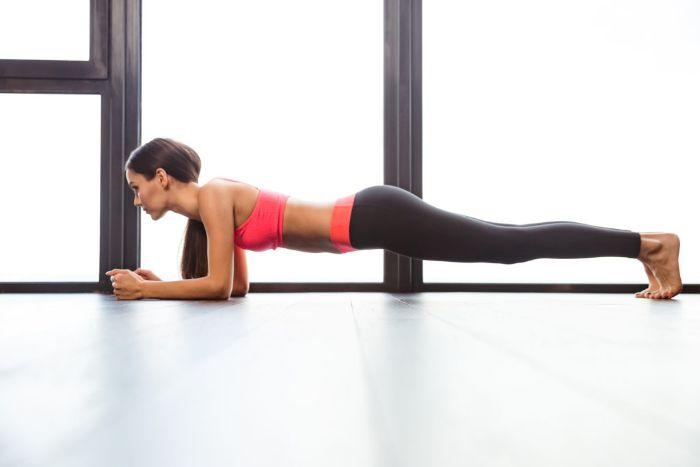 a quoi sert le gainage, quels bienfaits du gainage pour le corps, idee sport a la maison, exercices abdos musculation en isométrie