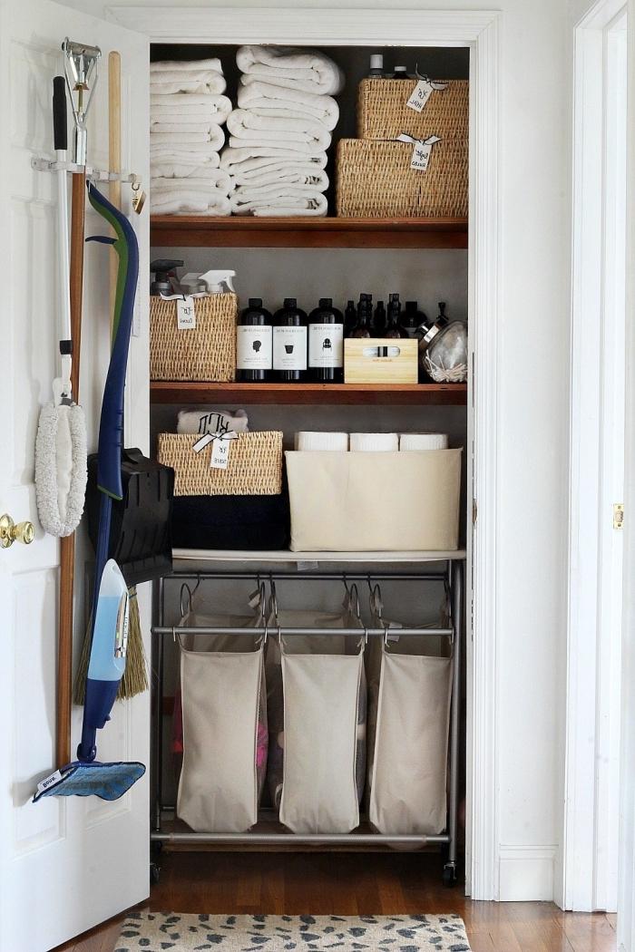astuce rangement produits de nettoyage et accessoires salle de bain dans un placard avec paniers et croches porte