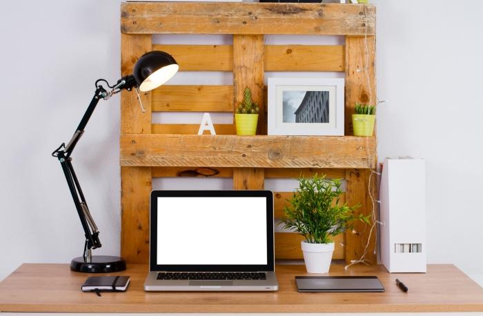 deco a faire soi meme avec matériaux de récupération, idée comment décorer son bureau avec diy meuble rangement en palette