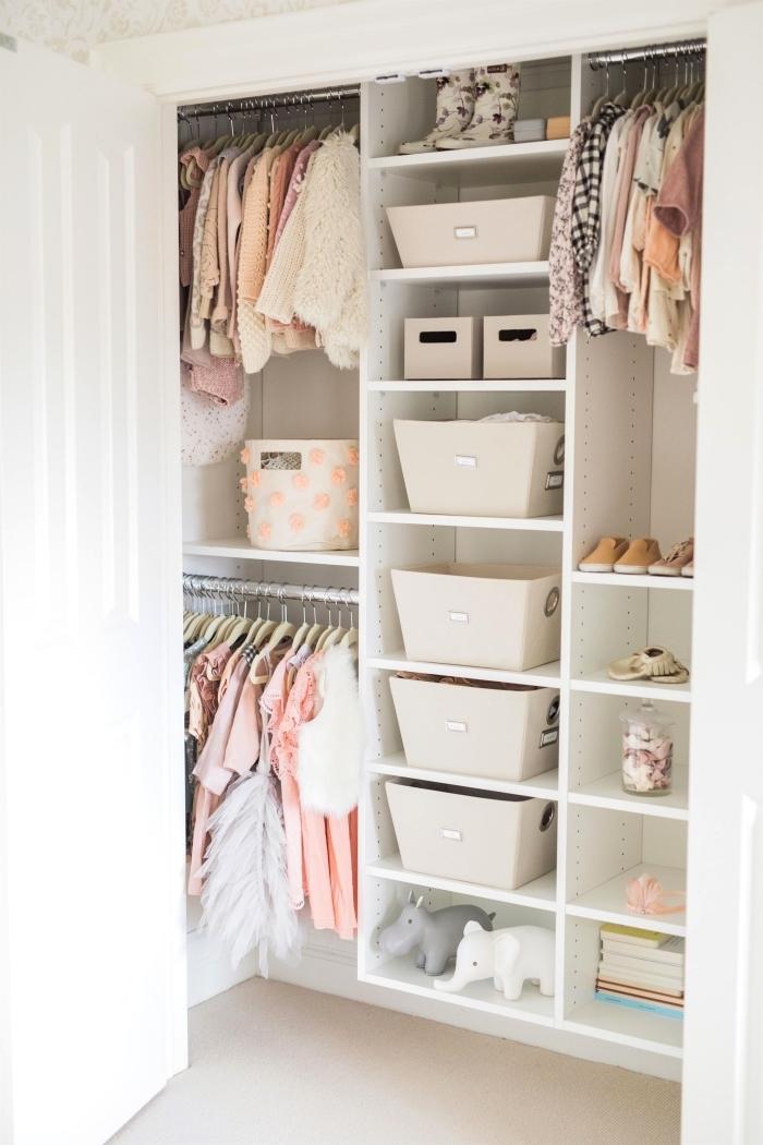 utilisation de caisse rangement ikea pour organiser la garde-robe dans la chambre d'enfant, astuce gain place avec paniers vêtements