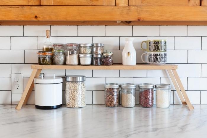 idée amenagement petite cuisine gain place, exemple comment organiser l'espace dans sa petite cuisine avec pots ingrédients