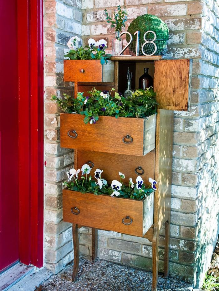deco fait maison avec meubles recyclés, exemple comment ranger ses fleurs de printemps dans un vieux meuble bois