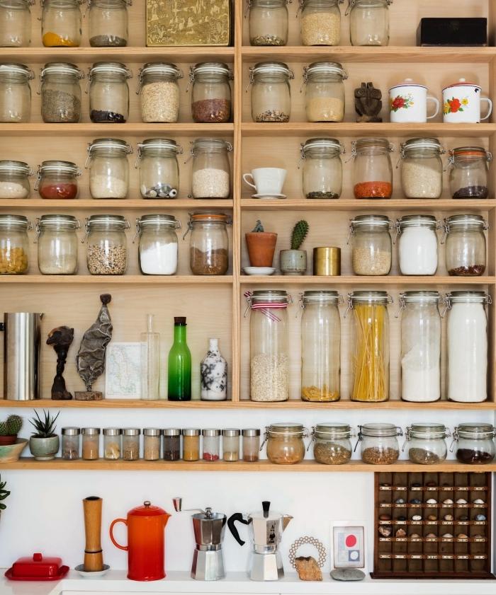 comment réusssir l'amenagement petite cuisine avec un rangement mural et bocaux pour ingrédients, déco murale cuisine