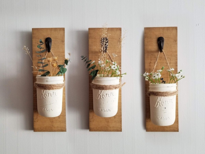 activité manuelle adulte facile et rapide, diy décoration murale avec planche de bois et jar peint en blanc comme pot fleur