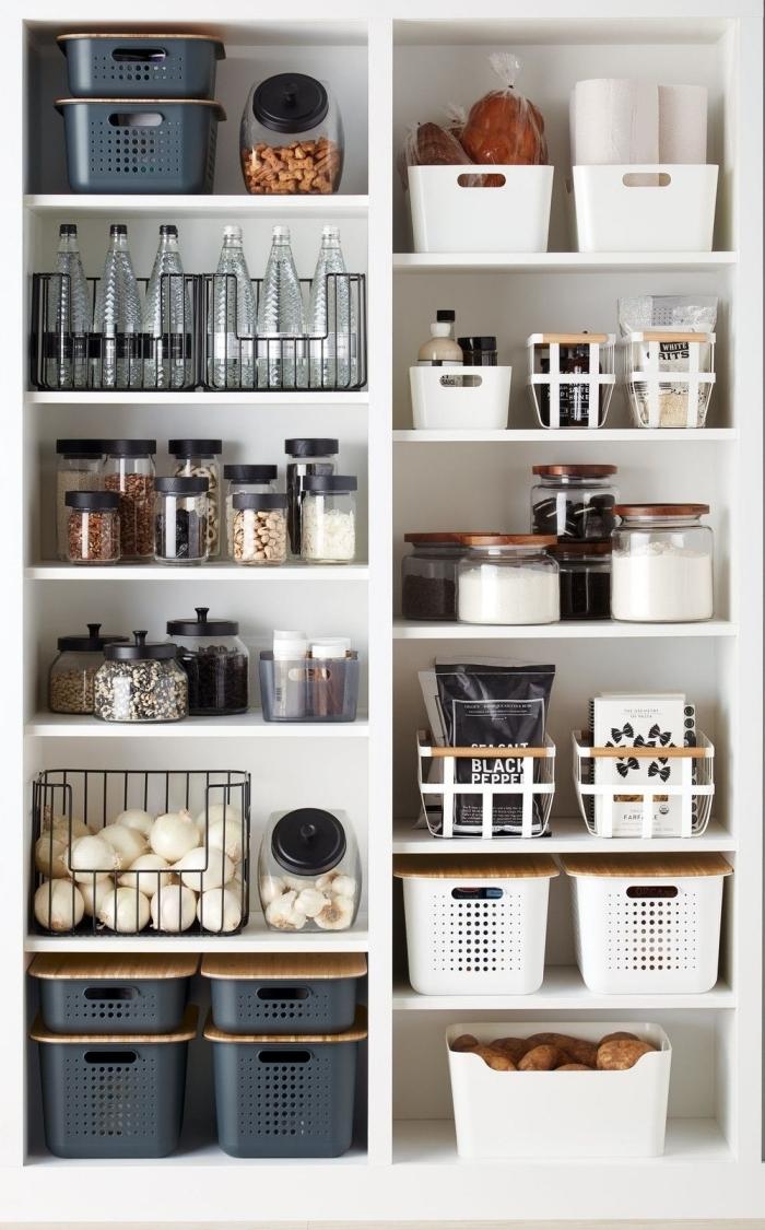 comment organiser l'espace dans une petite cuisine avec caisse rangement ikea, idée rangement vertical avec boîtes et paniers