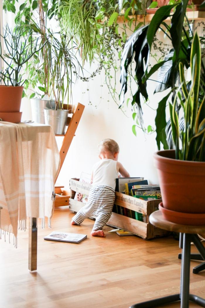 Idée fond d'écran cosy enfant jouer avec ses livres, idée fond d'écran beau iphone cocooning photo
