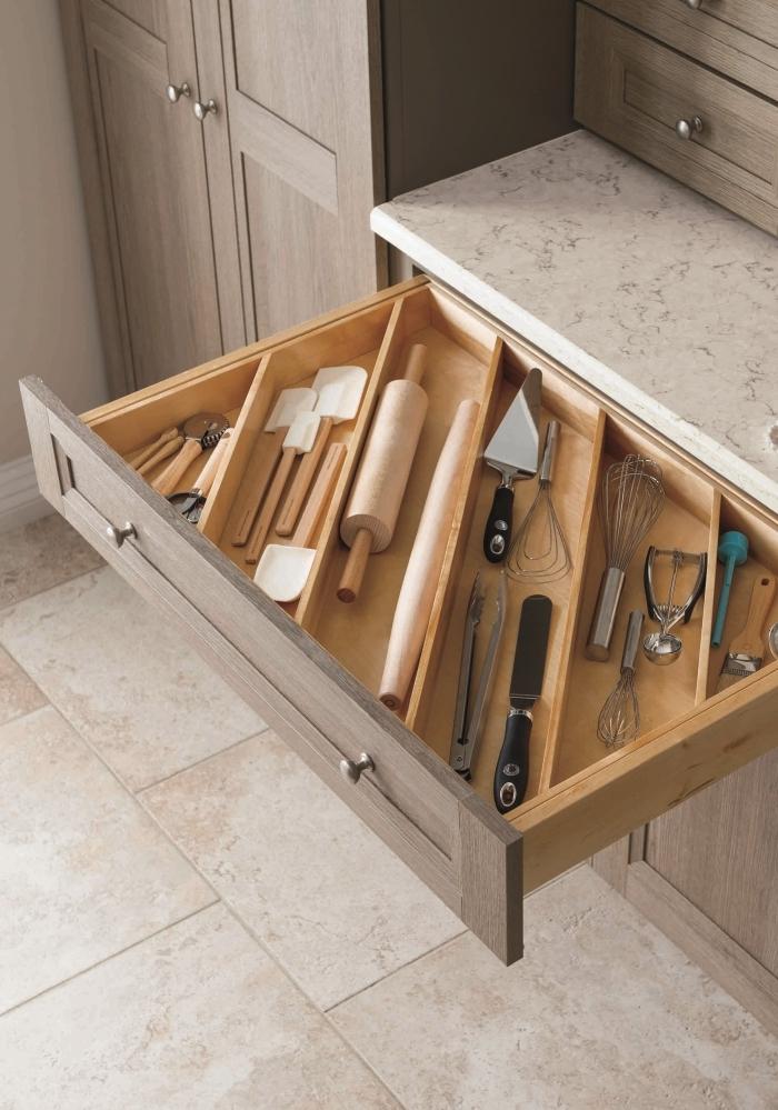 idée comment amenager petite cuisine, exemple de système modulaire DIY dans un tiroir avec diviseurs en bois pour ustensiles