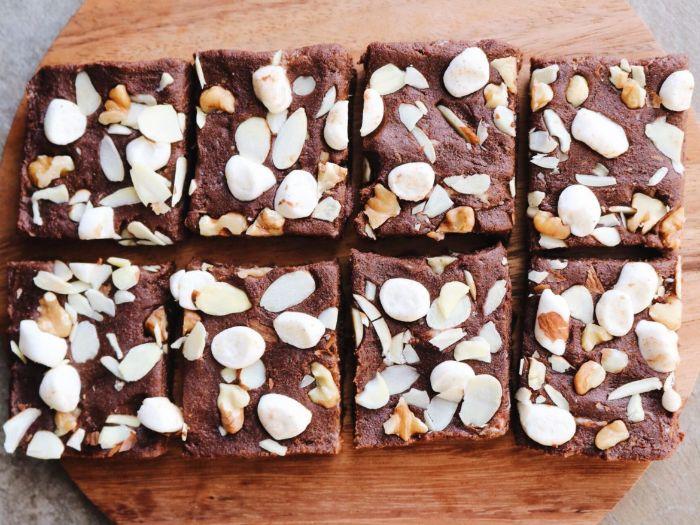 brownies chocolat sans cuisson avec farine de sarasin, cacao, beurre de cacahuete, vanille et noix et amandes