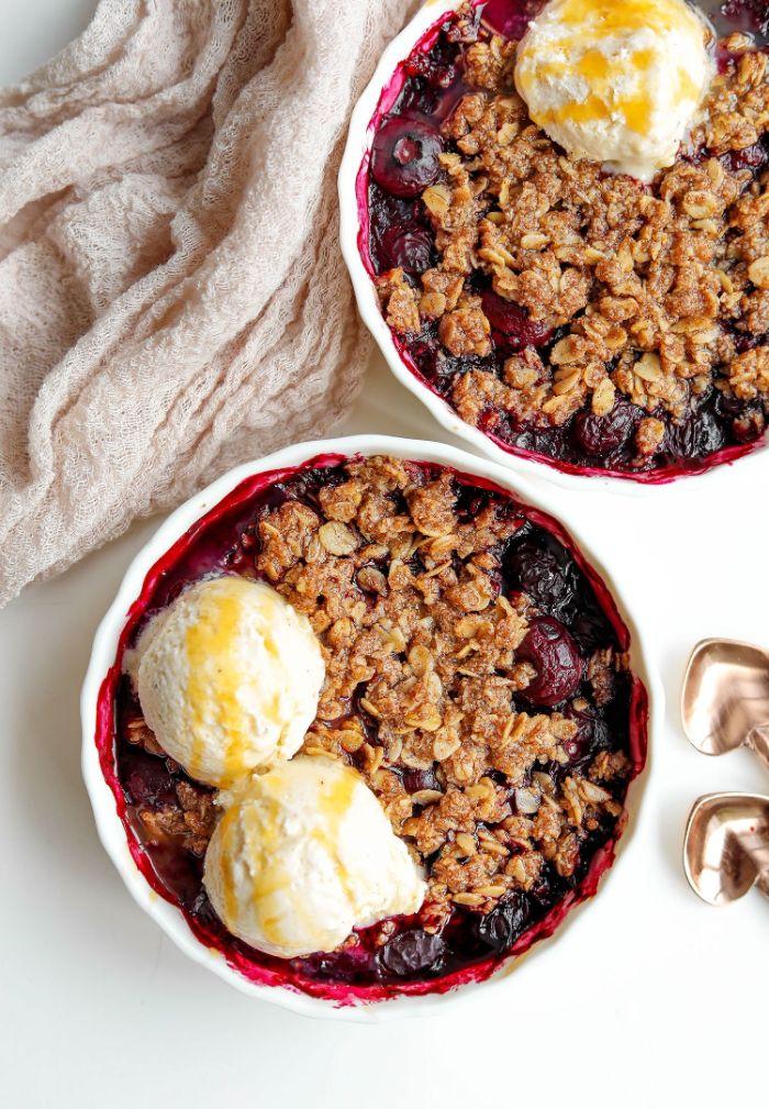 idée de dessert apres raclette, crumble aux fruits rouges et flocons d avoine grillés servi avec de la glace