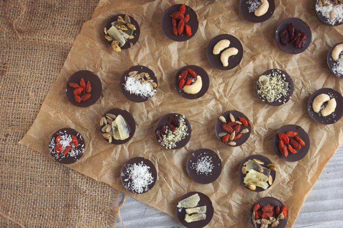 comment faire un mendiant chocolat enrichi de toppings de flocons de noix de coco, noix et fruits secs
