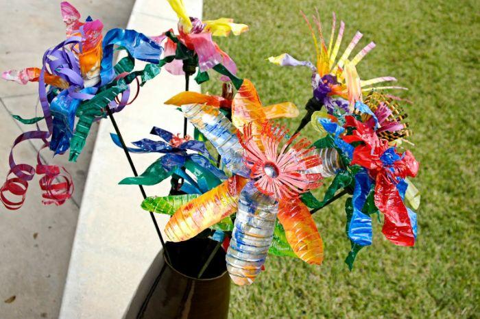 fabriquer des fleurs dans bouteille en plastique repeinte moif arc en ciel, deco jardin recup originale