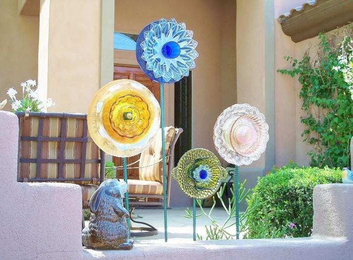 vaisselle en verre reyclée pour fabriquer des fleurs pour la deco terrasse jardin recup a faire soi meme