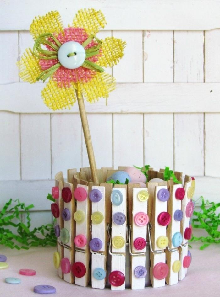 idée d activité manuelle facile et rapide, diy décoration printanière avec pinces en bois et boutons sous forme de vase