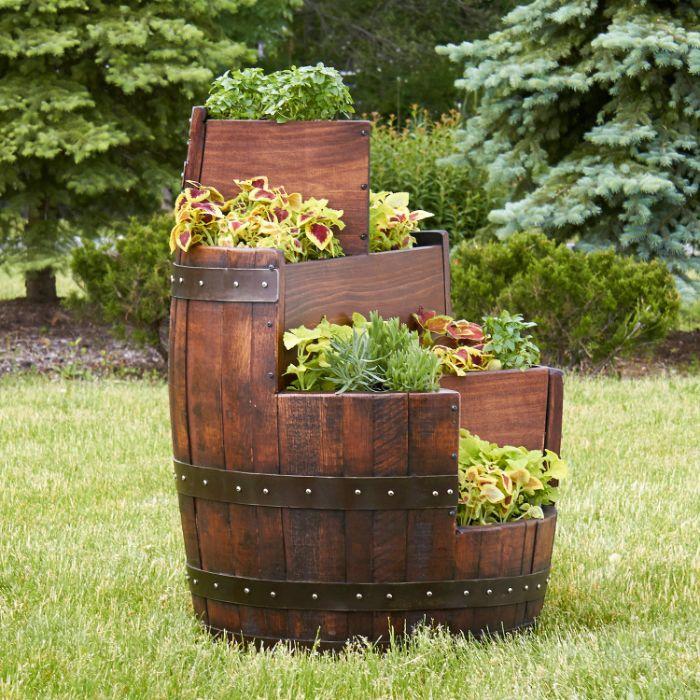 fabriquer un potager dans tonneau de bois recyclé, detournement d objet pour la decoration de jardin originale recup