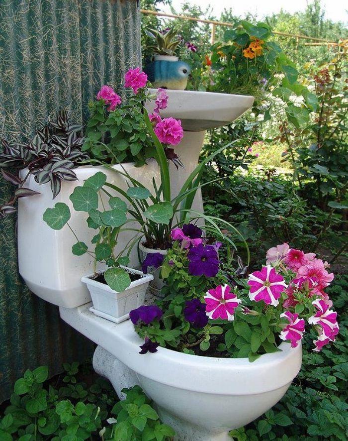 idee d recyclage wc pour fabriquer une jardiniere originlale, recyclage objet détourné créatif