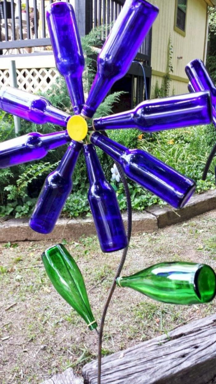 recyclage bouteille de vin original pour fabriquer une fleur en bouteilles de verre, decoration exterieur originale