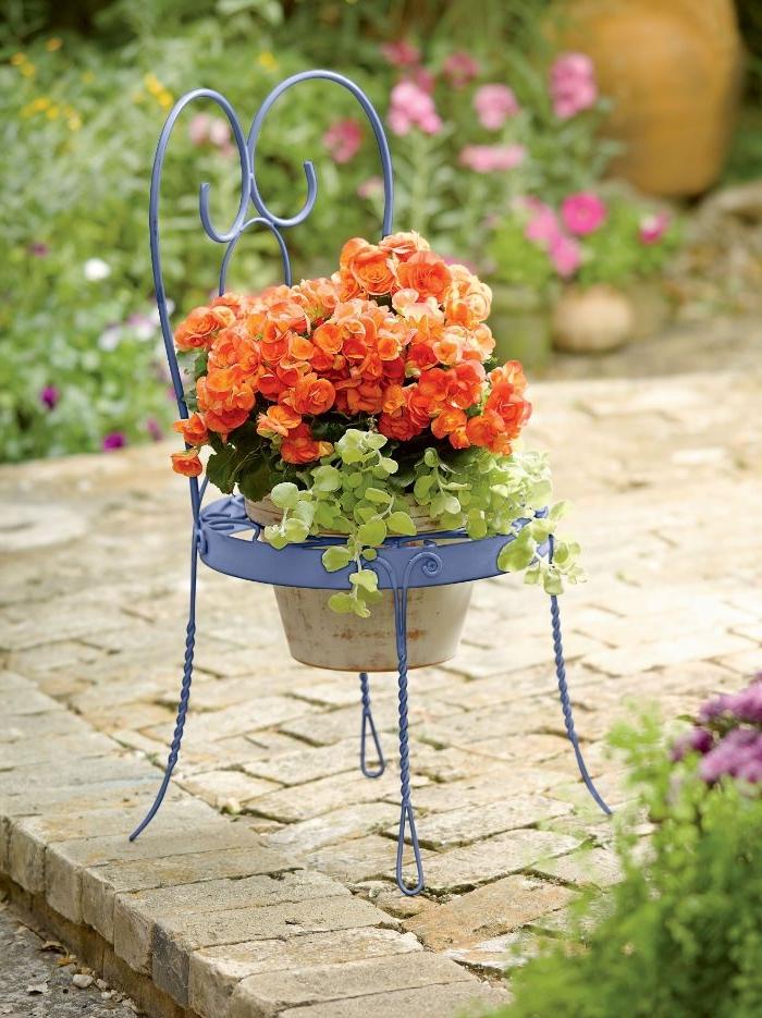 recyler une vieille chaise metallique en fer pour en faire un support pot de fleur original, 50 astuces pour décorer son jardin