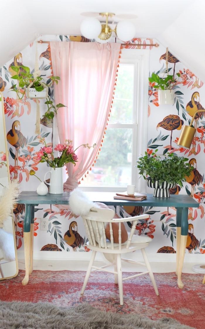 coin de travail féminin à domicile avec pan de mur en papier peint tendance et décoration avec plante verte intérieur