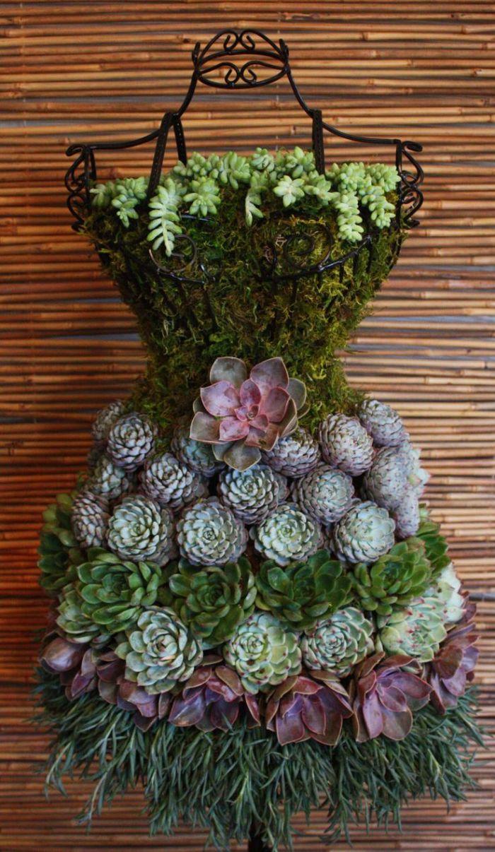 mannequin en fer forgé couvert de succulents, bricolage jardin avec matériaux recyclables original