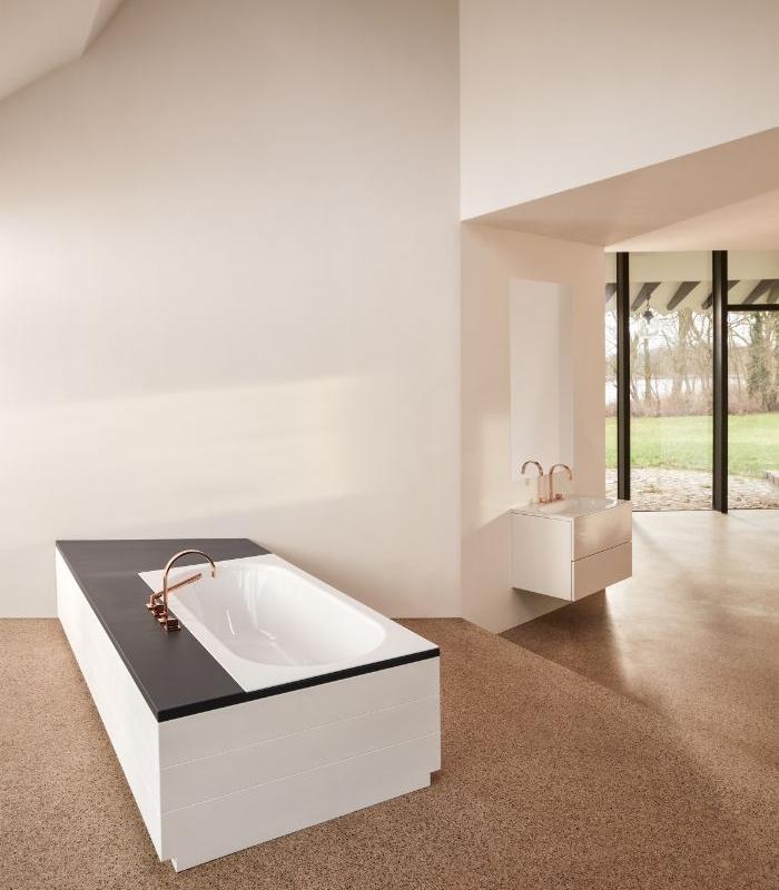 salle de bain avec baignoire ilot au milieu, exemple de grande salle de bain de luxe style minimaliste et chic