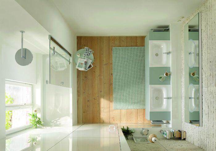 idee amenagement salle de bain blanc et bois avec des touches de vert, parquet salle de bain bois, douche baignoire encastrée