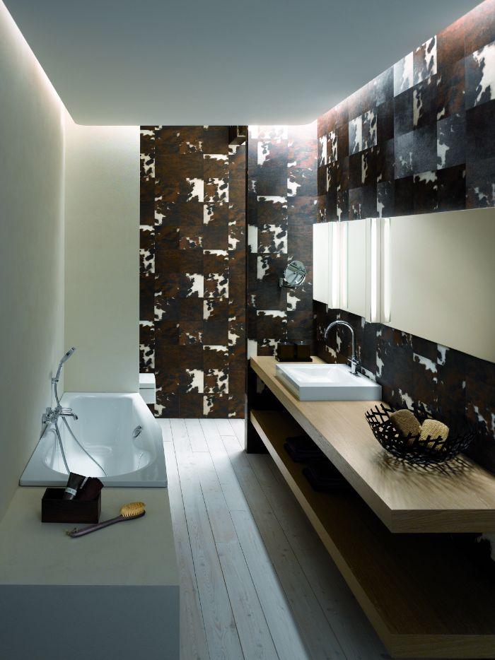 salle de bain carrelage graphique en noir, marron et blanc, meuble salle de ain bois, petite baignoire encastrée